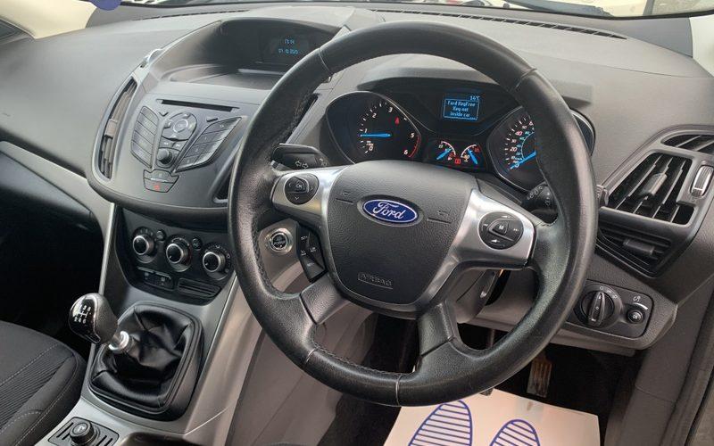 ford-kuga-2013-5946502-12_800X600