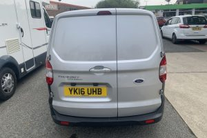 ford-transit-courier-2016-6231898-10_800X600