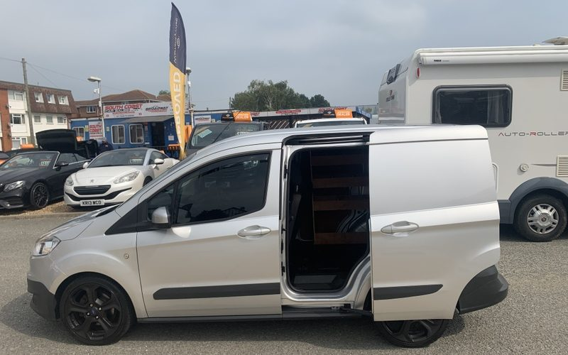ford-transit-courier-2016-6231898-1_800X600